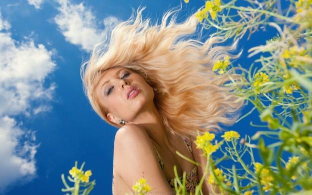 blondes-women-flowers-models-fields-800x1280