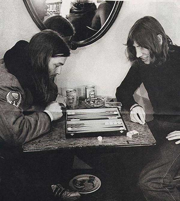 David Gilmour and Roger Waters of Pink Floydpkaying backgammon.