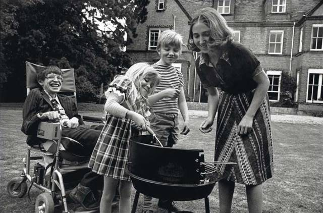Stephen Hawking having a barbecue with his then-wife Jane Wilde Hawking and his kids Robert and Lucy, 1977.